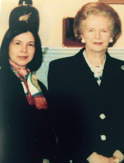 Esta foto é de 1994, quando esteve com  Margareth Thatcher. A então primeira-ministra pediu sua opinião sobre o que deveria usar na visita que faria à América do Sul, inclusive ao Brasil. Beth aconselhou: use algodão, porque o linho amarrota muito