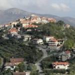 O vilarejo fica no topo de um morro, a 140 km de Roma