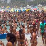 Um panorama da praia de Ipanema em plena terça-feira