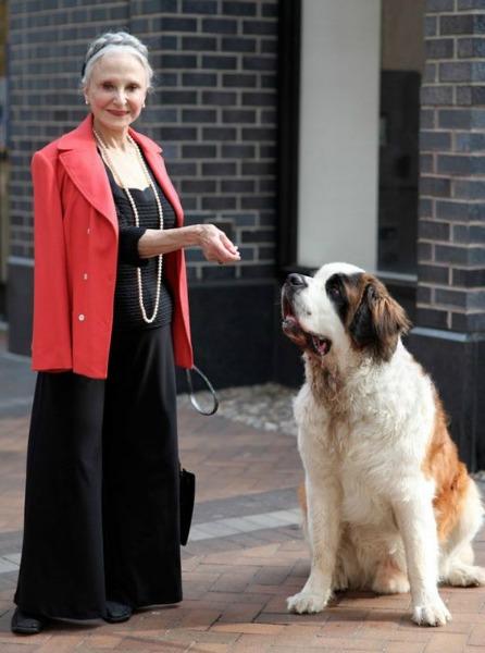 De preto e vermelho, com seu cachorro de estimação