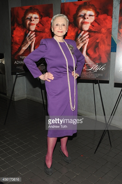 Mais uma foto da novaiorquina com outro vestido de cor viva