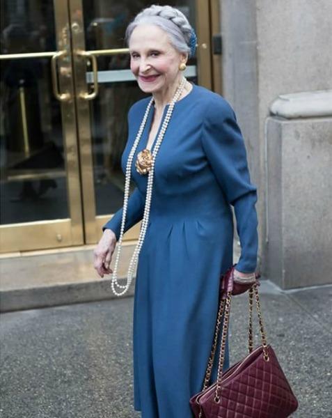 Veja ela aqui com elegante vestido azul e o inseparável colar