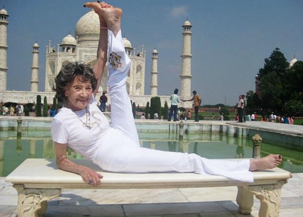 A professora se exercitando em frente ao Taj Mahal, na Índia