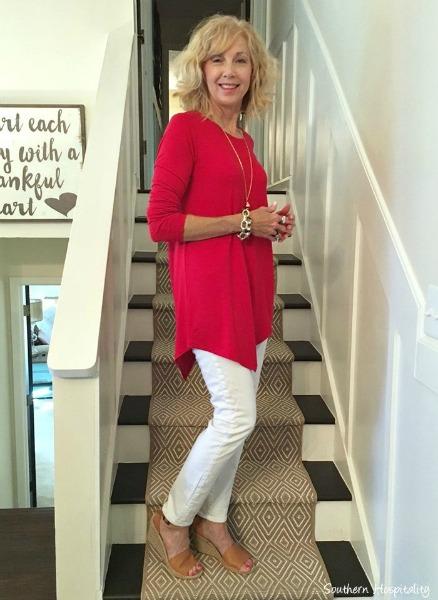 Camisão de cor forte e bonita e calça skinny branca