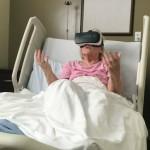 Uma senhora usando óculos de realidade virtual