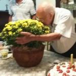 Conferindo o doce perfume das flores que recebeu