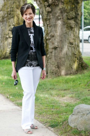 Outra calça branca compondo o traje com blusa escura