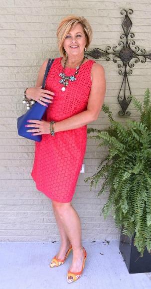 Tania Stephens com um tubinho de cor viva e sandália de salto