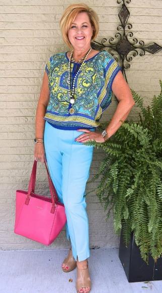 Tania Stephens com um dos trajes mostrados em seu blog
