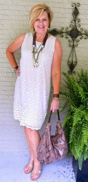 Vestido branco solto, com comprimento em cima do joelho