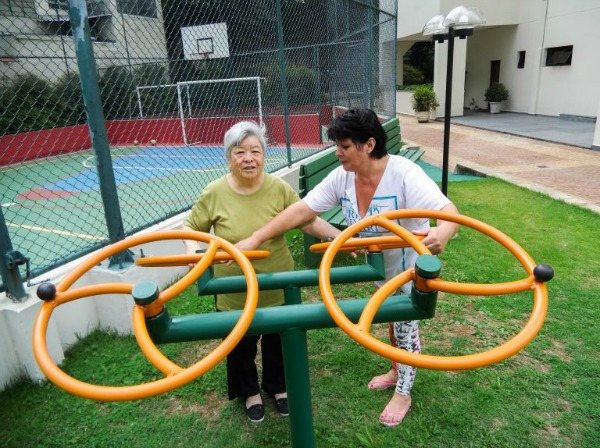 Michiko e Eliete no playground para idosos instalado no edifício