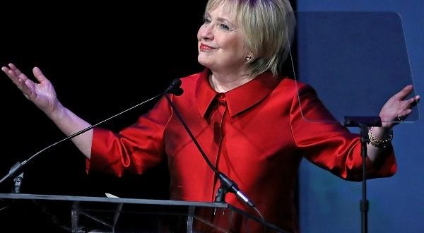 Hillary Clinton aparece de franja e vira febre na internet
