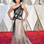 Belíssima, Halle Berry, 50, desfilou com este vestido