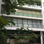 O prédio fica no quarteirão da praia do Leblon, na rua Aristides Espínola
