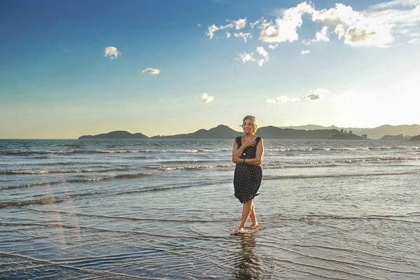Caminhando nas águas, diante de um cenário maravilhoso