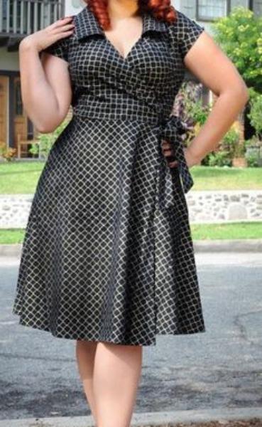 Vestido com saia enviesada e cintura marcada