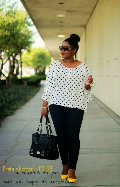 Calça preta justa com blusa de fundo branco larga