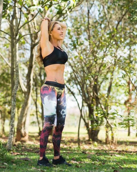 Aposentada, Adriana modela o corpo durante duas horas e meia por dia numa academia