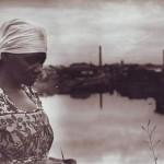 Carolina Maria de Jesus à margem do Rio Tietê e, ao fundo, a Comunidade do Canindé (Foto: Audálio Dantas, 1960)