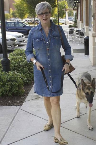 A blogueira de moda Beth Djalali num vestido jeans