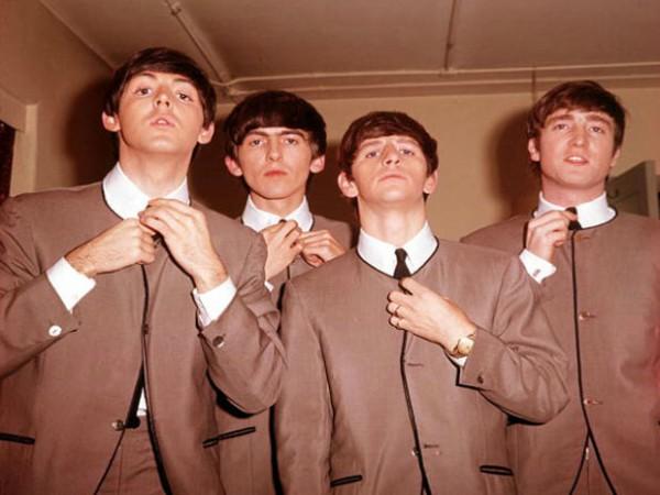 O terno sem gola popularizado pelos Beatles é criação do estilista
