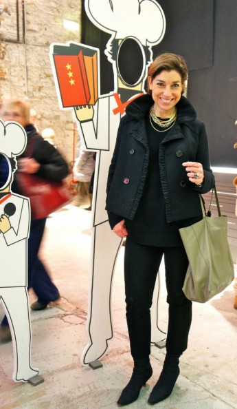 Consuelo Blocker usando sua botinha, com traje todo preto