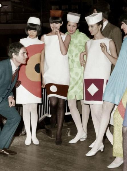 A moda dos anos 60 foi muito ligada à arte e Pierre Cardin também se inspirou nela para criar seus modelos: vestidos retos estampados com inserções geométricas, em uma combinação de preto e cores vibrantes