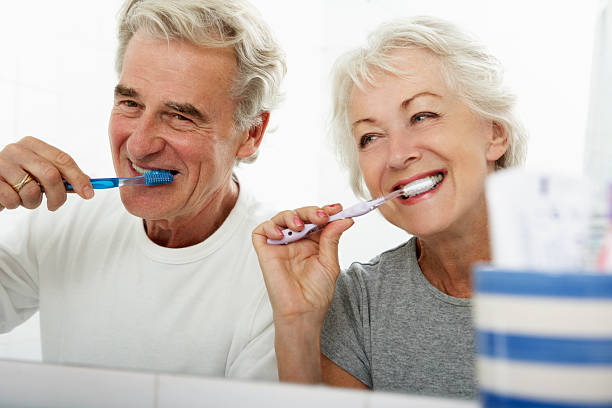 Nem sempre escovar resolve: com a idade, a boca resseca,  uma das razões da halitose