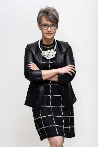 Aos 40 anos, Carol Heinen é naturalmente grisalha
