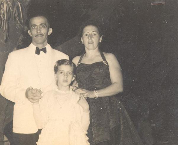 A autora com seus  pais, na década de 1950