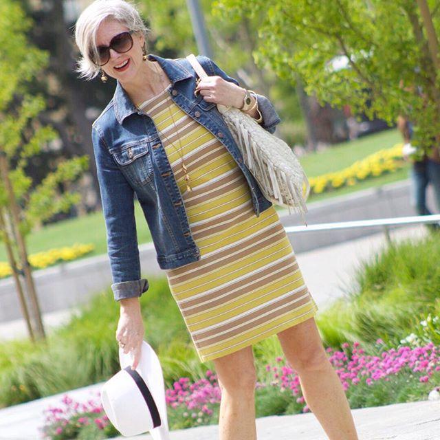 Jaqueta jeans com vestido de listas horizontais