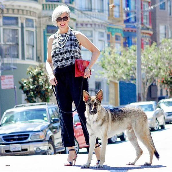 Roupa de verão, com o cachorro que tanto ama
