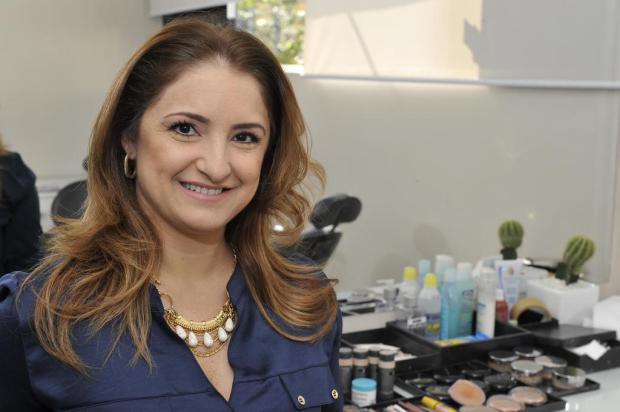 O primer ajuda a minimizar linhas de expressão e a preparar a pele para receber a maquiagem