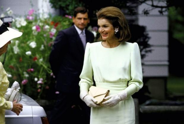 Jacqueline Kennedy usando uma da criações de Carolina Herrera