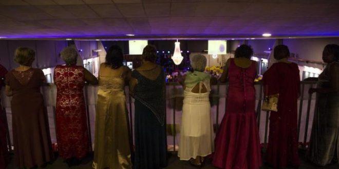Um baile em que todas as debutantes já passaram dos 60 anos
