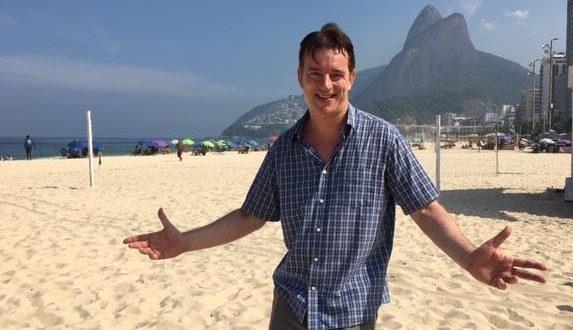 Spencer Callahan, o ator e músico inglês apaixonado pelo Brasil