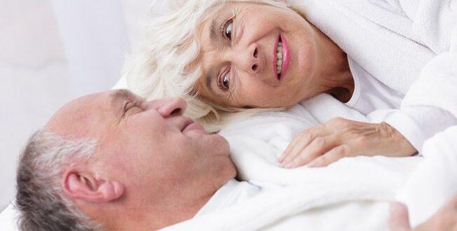 Eles receitam brinquedo erótico para animar sexo pós-menopausa